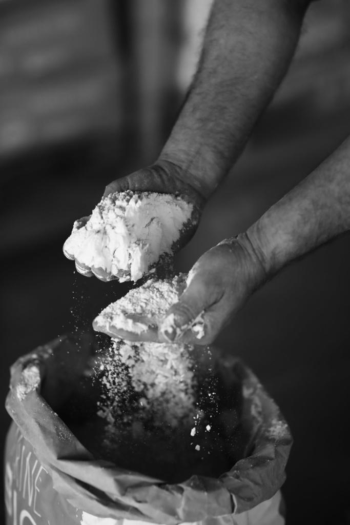 photo en noir et blanc avec des mains et de la farine label rouge